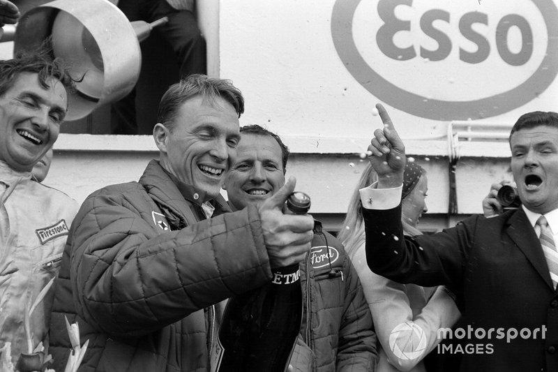 Dan Gurney, A.J. Foyt celebran su victoria