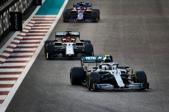 Valtteri Bottas, Mercedes AMG W10, voor Kimi Raikkonen, Alfa Romeo Racing C38, en Daniil Kvyat, Toro Rosso STR14