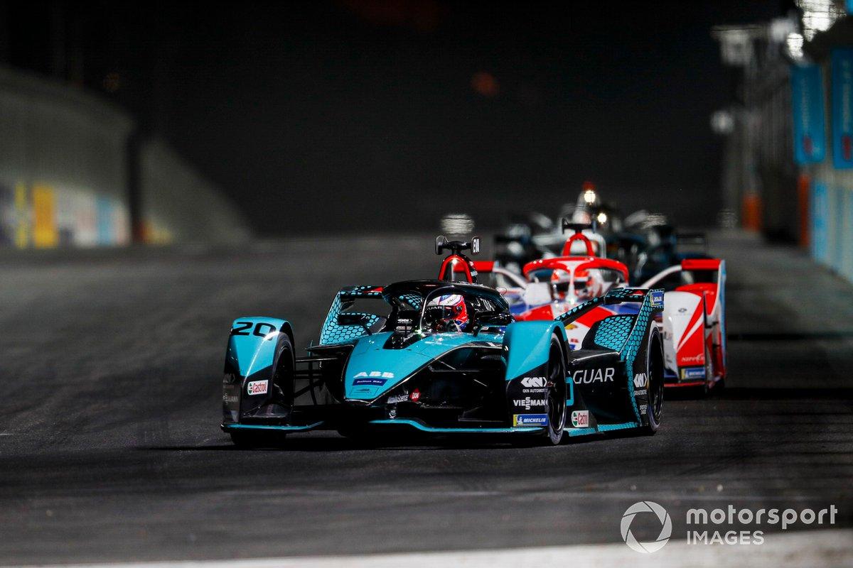 Mitch Evans, Panasonic Jaguar Racing, Jaguar I-Type 5, precede Alex Lynn, Mahindra Racing, M7Electro