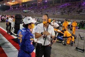 Carlos Sainz Jr., McLaren, con su ingeniero