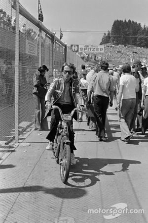 Luca di Montezemolo en una bicicleta