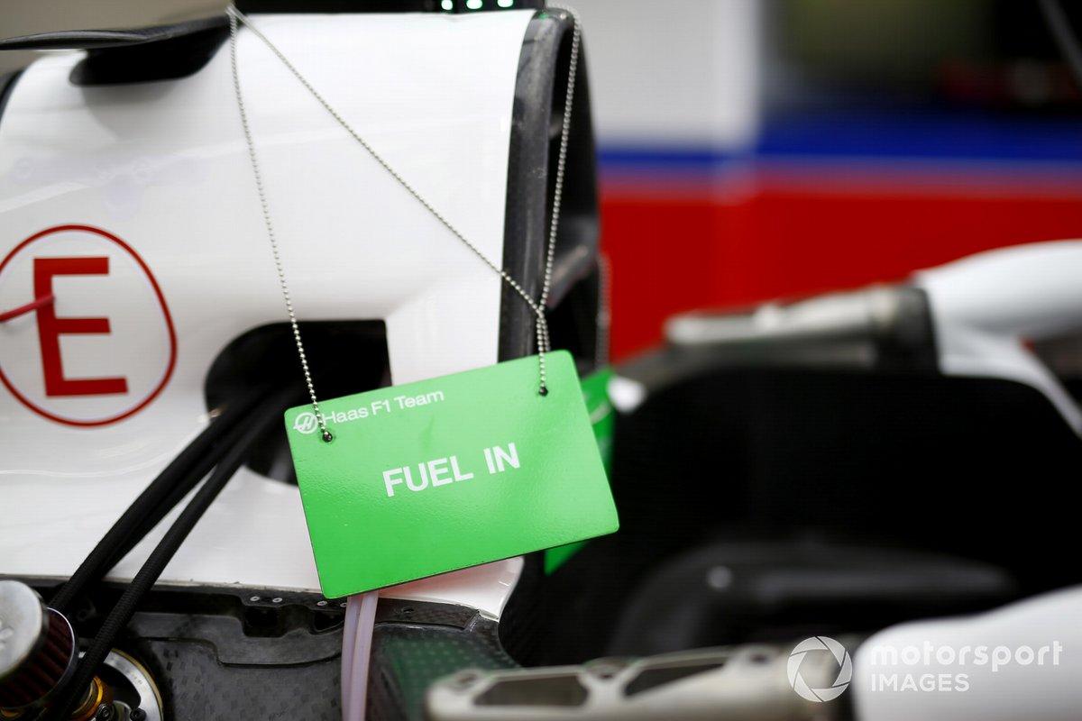 Cartel de mantenimiento que indica que un coche está repostando en el garaje de Haas F1