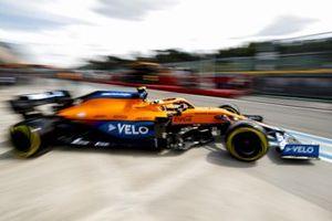 Ландо Норрис, McLaren MCL35M, выезжает из гаража