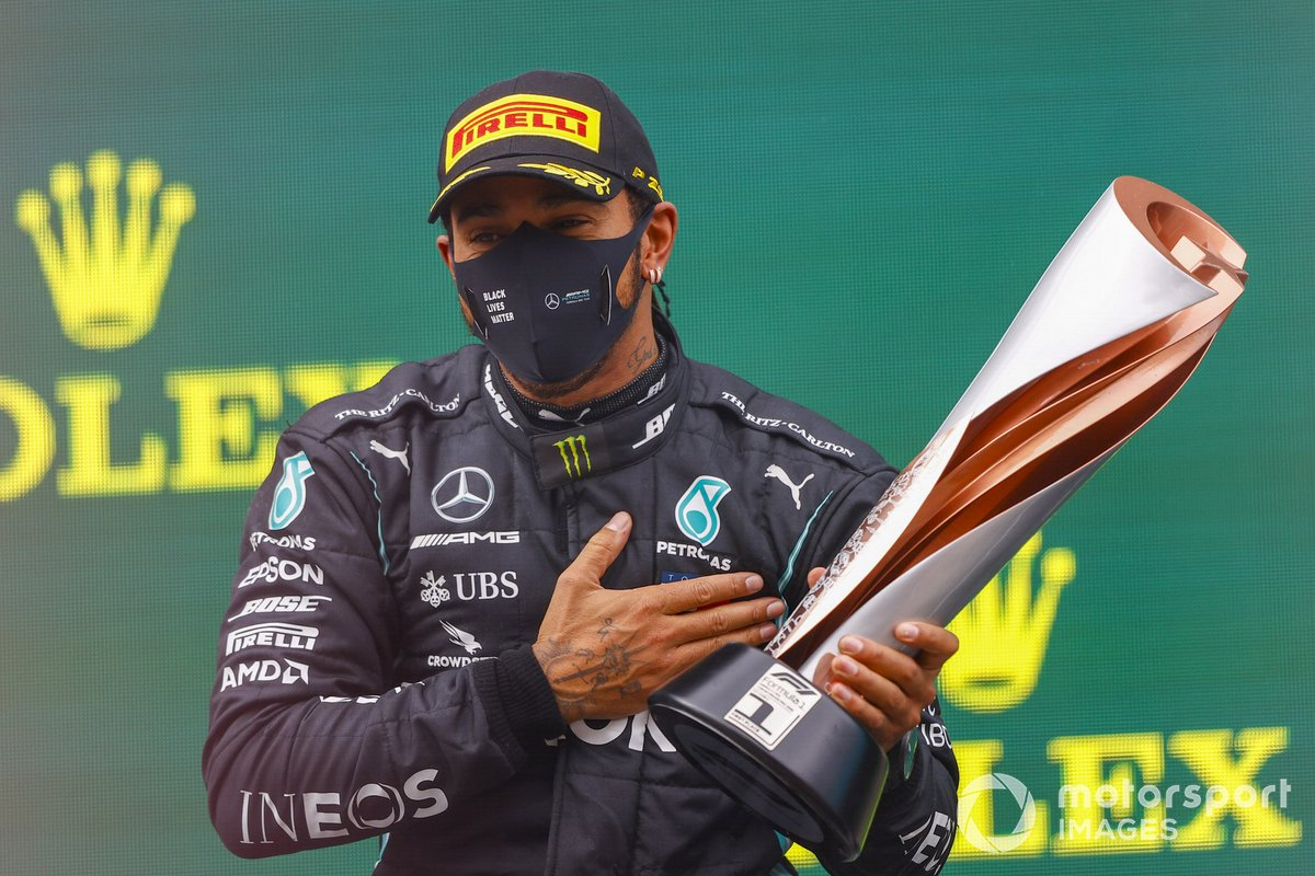 Podio: ganador y campeón del mundo Lewis Hamilton, Mercedes-AMG F1