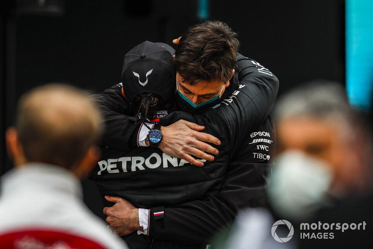 Lewis Hamilton, Mercedes-AMG F1, celebra en Parc Ferme después de asegurar su séptimo campeonato mundial con Toto Wolff, Director Mercedes AMG