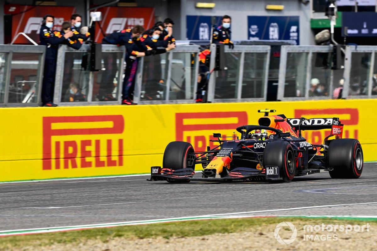 Sergio Pérez, Red Bull Racing RB16B cruza la meta