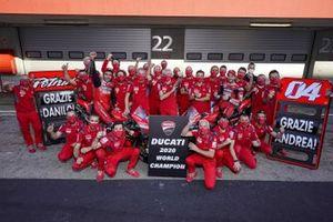 Photo d'équipe de Ducati après leur victoire au championnat du monde constructeurs avec Luigi Dall'Igna, Manager Général de Ducati Corse, Andrea Dovizioso, Ducati Team, Danilo Petrucci, Ducati Team