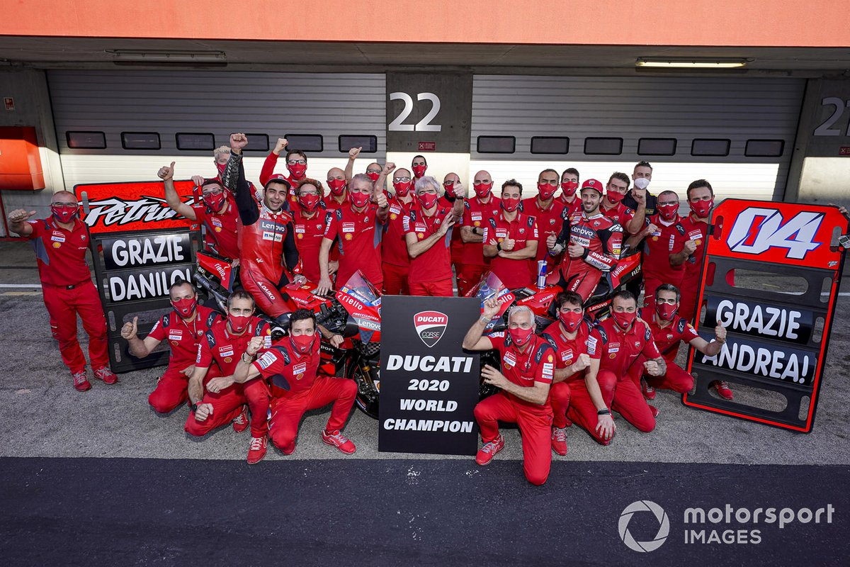 Foto de grupo de Ducati celebrando el título de constructores, con Gigi Dall'Igna, los pilotos Andrea Dovizioso y Danilo Petrucci, y más miembros del equipo
