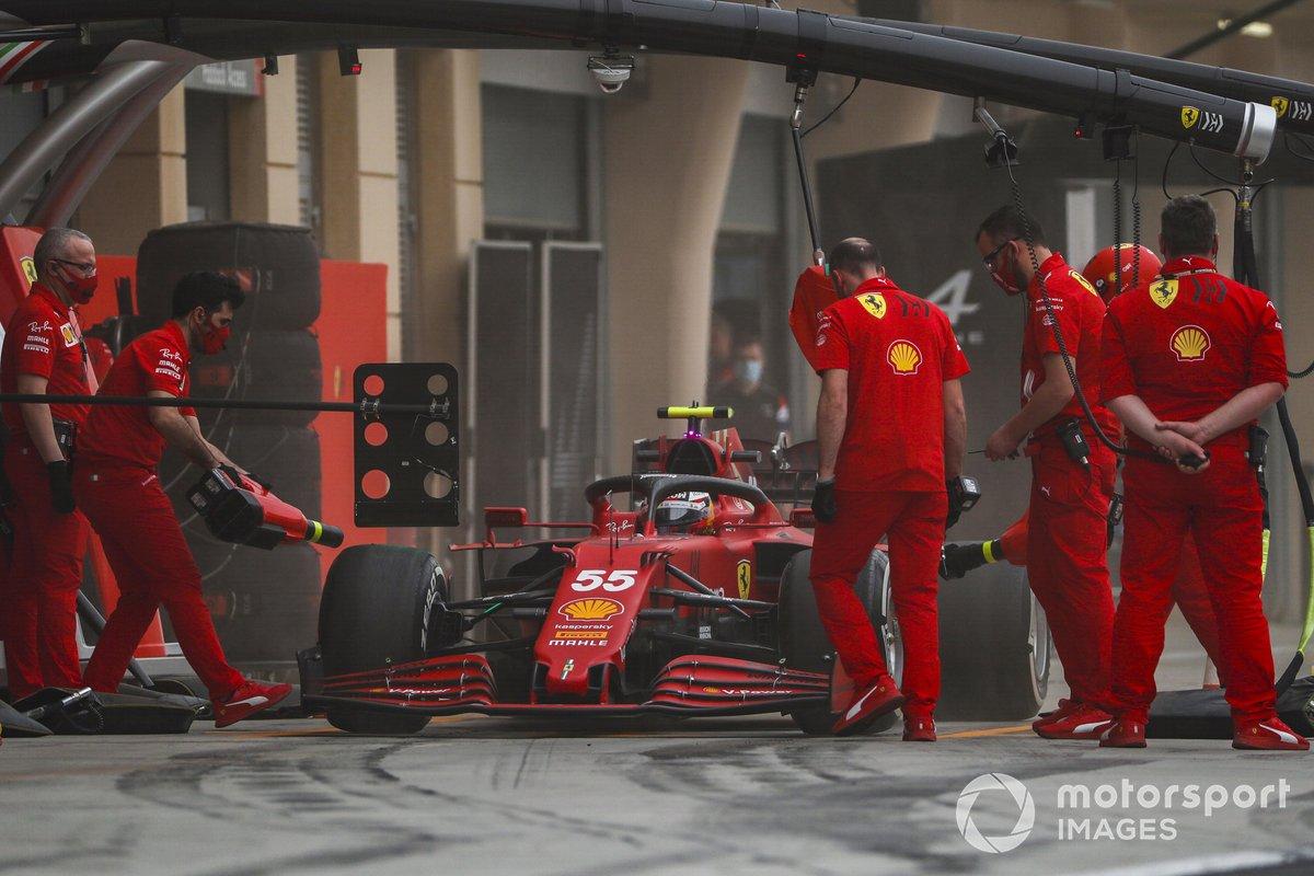 Carlos Sainz Jr., Ferrari SF21, in the pits