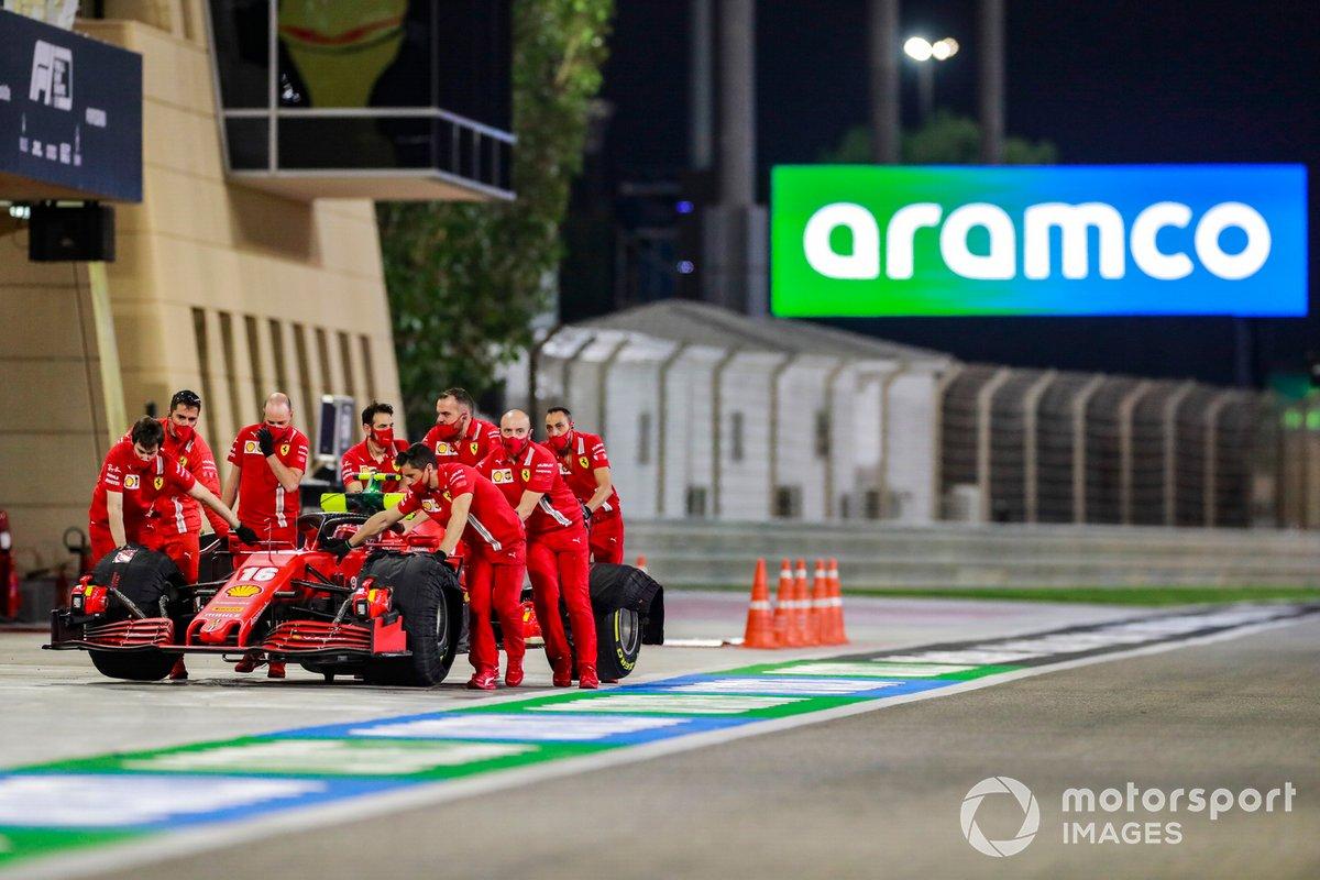 Mecánicos de Ferrari con el coche de Charles Leclerc, Ferrari SF1000
