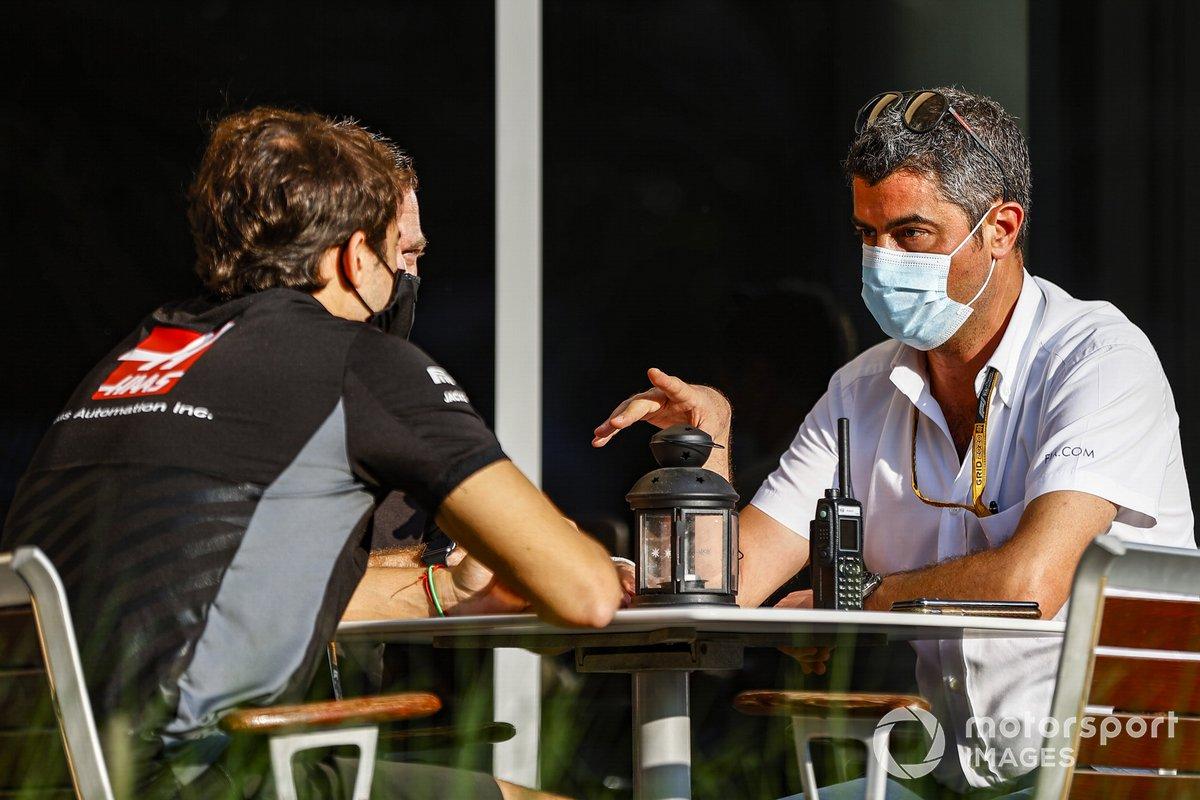 Michael Masi, director de carrera, con Pietro Fittipaldi, Haas F1