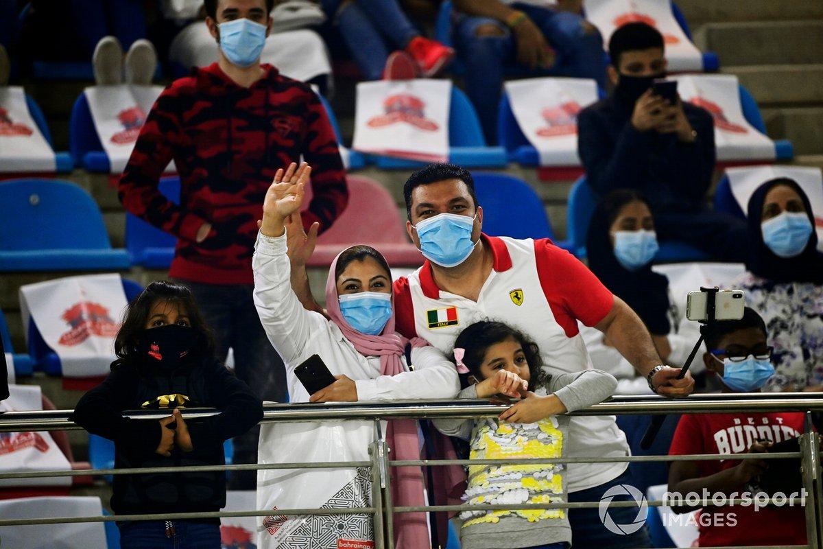 Penonton, yang terdiri dari staf medis dan keluarganya, di tribune utama