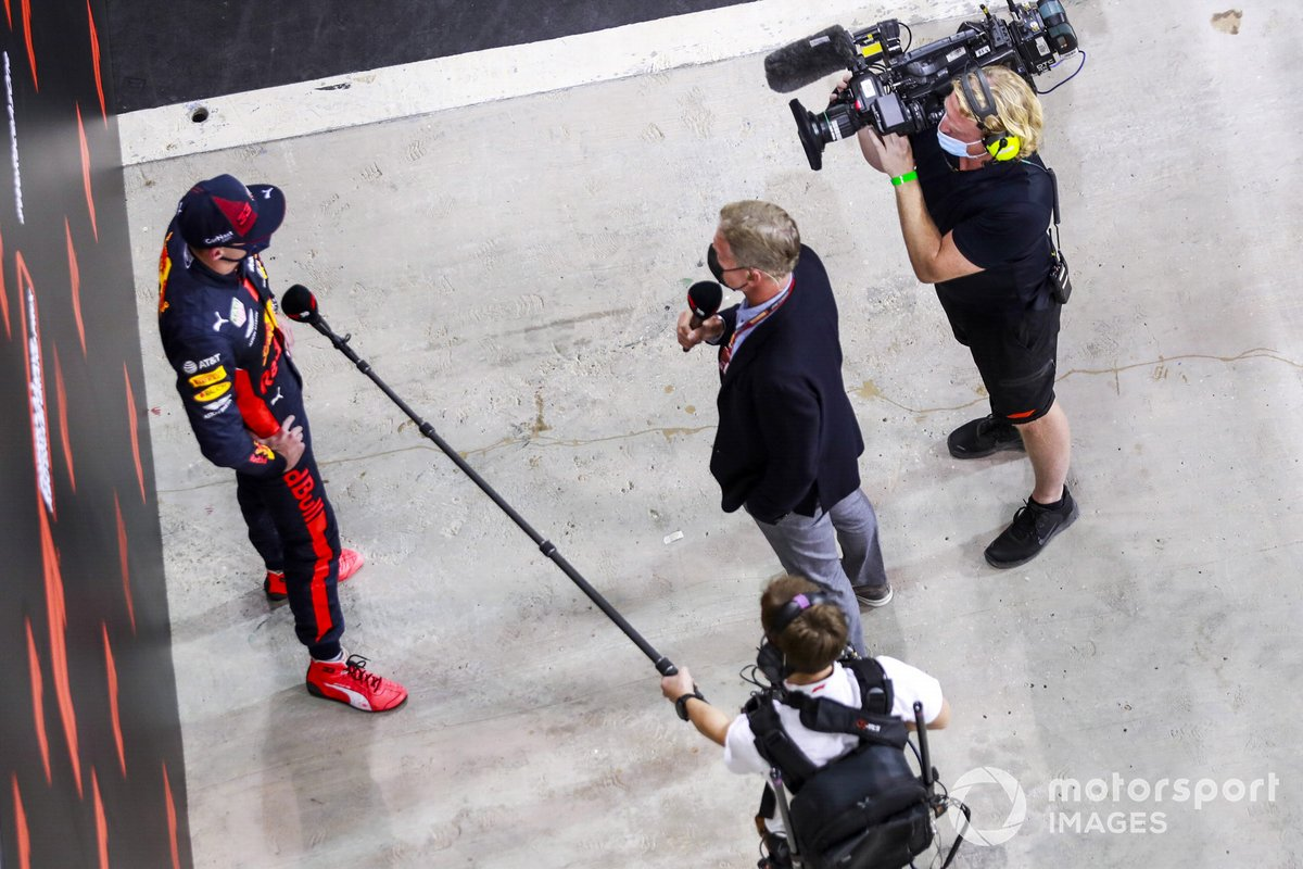Ganador de la pole Max Verstappen, Red Bull Racing con la prensa