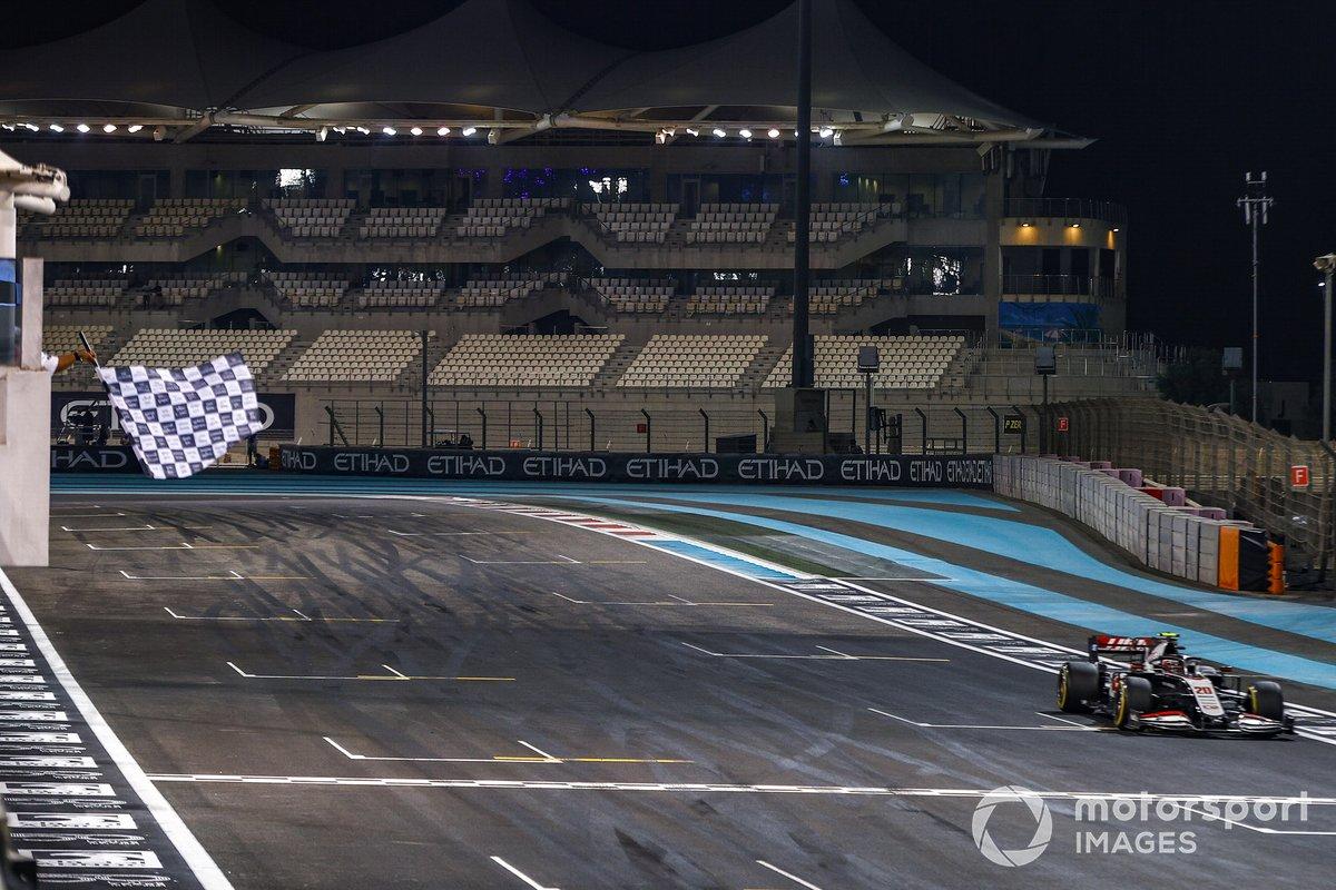Kevin Magnussen, Haas VF-20, pasa la bandera a cuadros al final de la carrera