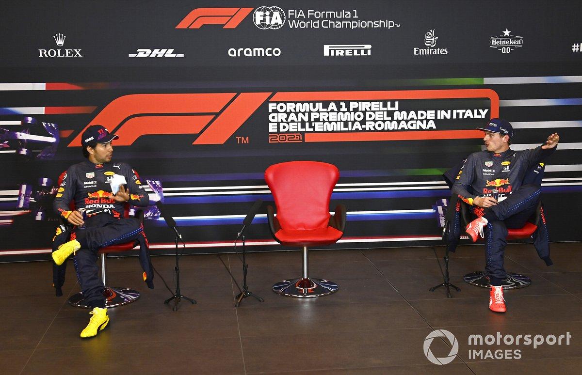 Sergio Pérez, Red Bull Racing, y Max Verstappen, Red Bull Racing, en la rueda de prensa