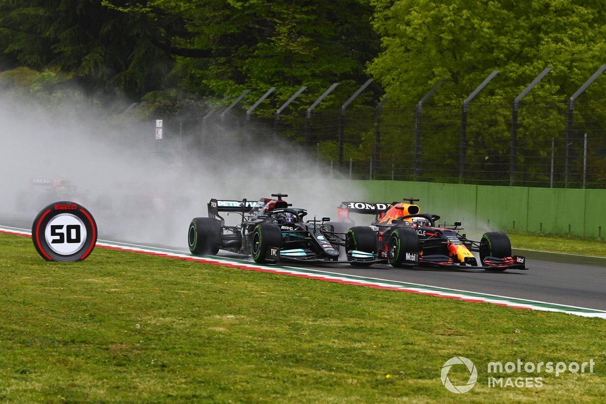 Lewis Hamilton, Mercedes W12, in battaglia con Max Verstappen, Red Bull Racing RB16B alla partenza della gara