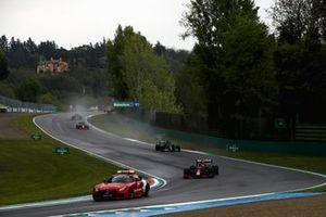 De safety car, Max Verstappen, Red Bull Racing RB16B, Lewis Hamilton, Mercedes W12, Charles Leclerc, Ferrari SF21, en Sergio Perez, Red Bull Racing RB16B