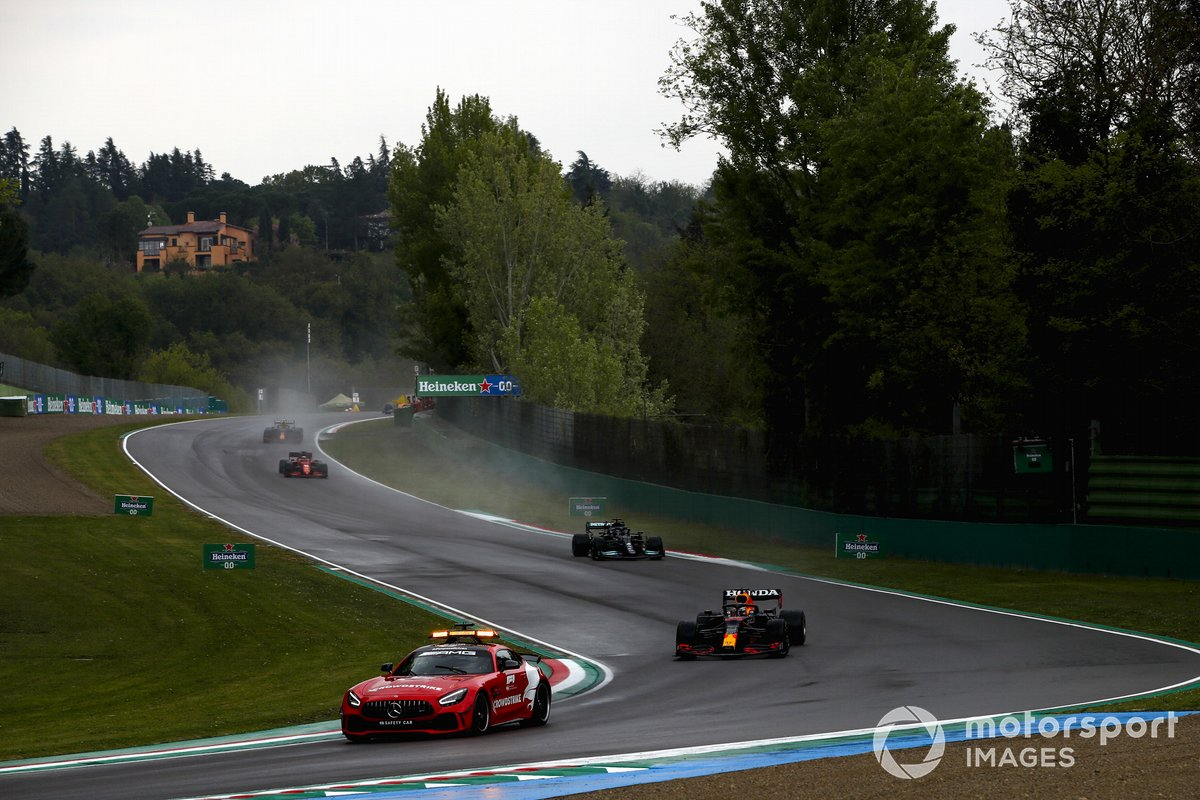 El Safety Car lidera a Max Verstappen, Red Bull Racing RB16B, Lewis Hamilton, Mercedes W12, Charles Leclerc, Ferrari SF21, Sergio Pérez, Red Bull Racing RB16B