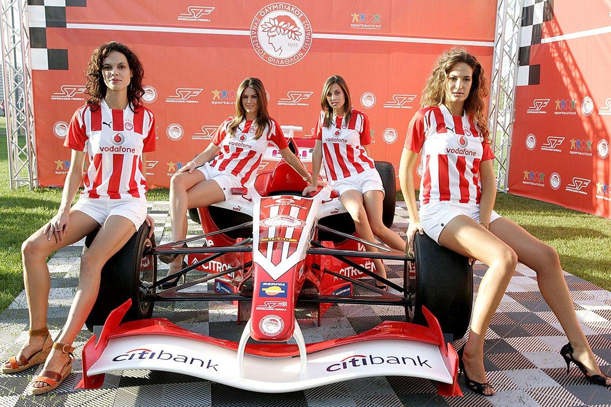 El Superleague Formula de Olympiacos, con modelos