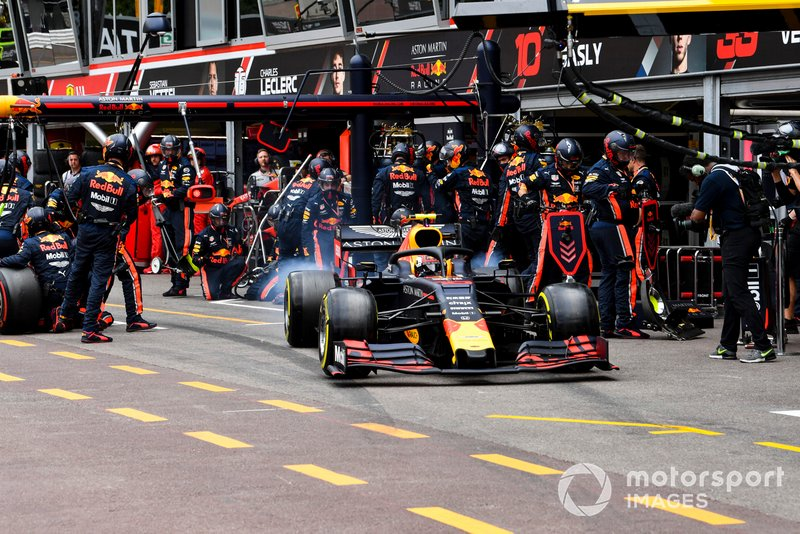 Max Verstappen, Red Bull Racing RB15, con le ruote fumanti, dopo il pit stop