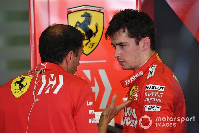 Charles Leclerc, Ferrari, parla a Marc Gene, Ferrari