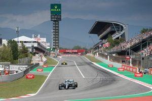 Valtteri Bottas, Mercedes AMG W10, leads Nico Hulkenberg, Renault R.S. 19