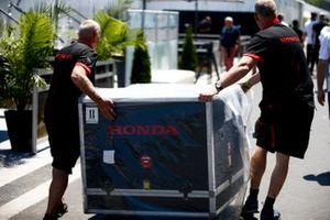 Los mecánicos de Honda mueven un cajón de motor