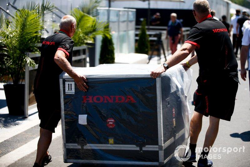 Meccanici Honda spostano una cassa del motore