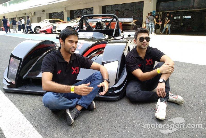 Armaan Ebrahim & Aditya Patel con el coche de la X1 Racing League