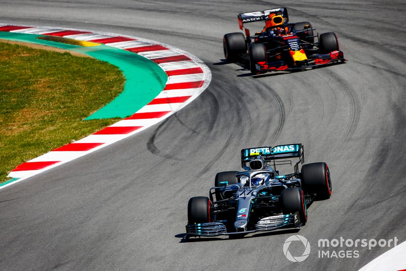 Valtteri Bottas, Mercedes AMG W10, guida Max Verstappen, Red Bull Racing RB15