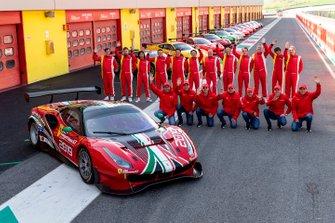 I piloti in posa con una Ferrari 488 GT3