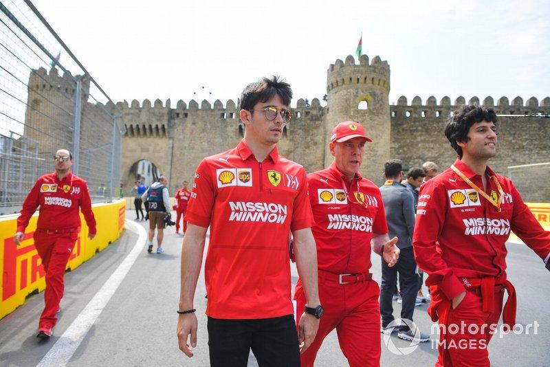 Charles Leclerc, Ferrari, recorre la pista con sus ingenieros y Jock Clear, ingeniero de carrera