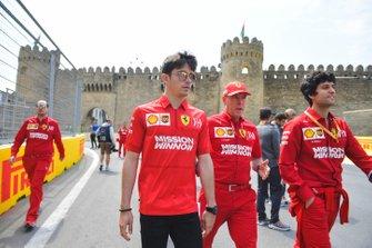 Charles Leclerc, Ferrari tijdens de track walk met Jock Clear, Race Engineer, Ferrari