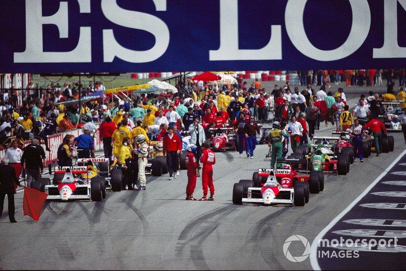 Alain Prost et Ayrton Senna, McLaren en discussion sur la grille avant le second départ