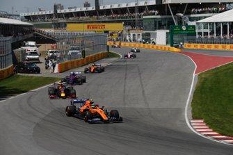Lando Norris, McLaren MCL34, voor Max Verstappen, Red Bull Racing RB15, Daniil Kvyat, Toro Rosso STR14, en Carlos Sainz Jr., McLaren MCL34