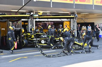 Daniel Ricciardo, Renault R.S.19, retires from the race with damage
