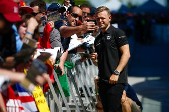 Kevin Magnussen, Haas F1, signs autographs