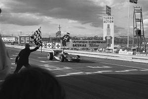 Jackie Stewart, March 701-Ford, taglia il traguardo e prende la barriera a scacchi