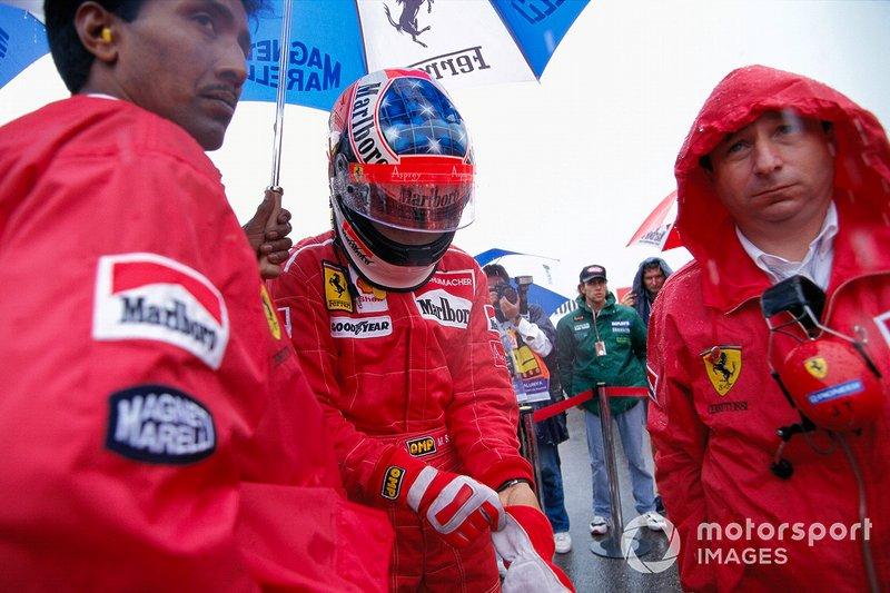 Michael Schumacher se prépare sur la grille avec Jean Todt