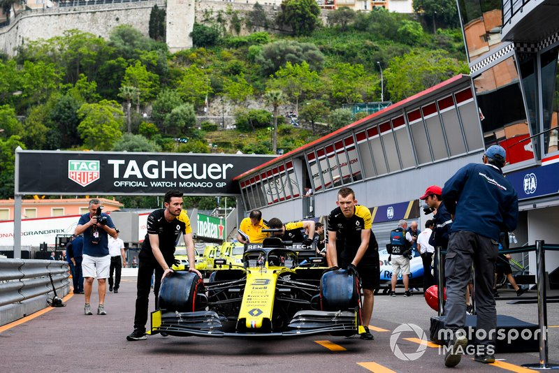 Car od Daniel Ricciardo, Renault R.S.19 pushed down the pit lane by Renault F1 Team mechanics