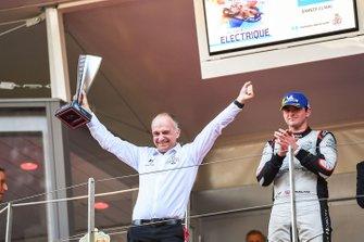 Xavier Mestelan Pinon, director de rendimiento de la DS, celebra la victoria con el trofeo del constructor en el podio