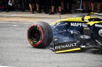 Nico Hulkenberg, Renault R.S. 19, arrives in the pit lane with from end damage after an off in Q1