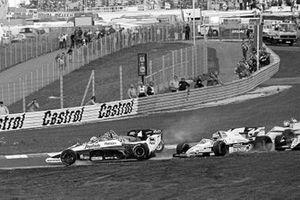Ayrton Senna, Toleman TG184 in aria, dopo aver colpito il posteriore della monoposto di Keke Rosberg, Williams FW09B, alla partenza della gara, innescando un incidente che ha coinvolto più vetture