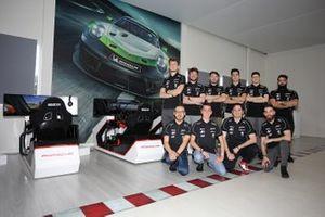Foto di gruppo dei piloti della Carrera eSport Cup
