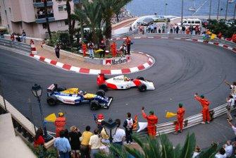 Los marshals y los aficionados saludan al ganador de la carrera Ayrton Senna, McLaren MP4-7A Honda, y al 2º clasificado Nigel Mansell, Williams FW14B Renault, en la vuelta lenta durante el GP de Mónaco