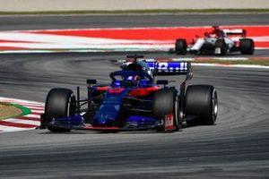 Alexander Albon, Toro Rosso STR14 and Kimi Raikkonen, Alfa Romeo Racing C38