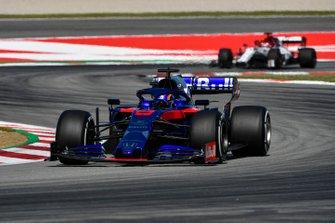Alexander Albon, Toro Rosso STR14 y Kimi Raikkonen, Alfa Romeo Racing C38
