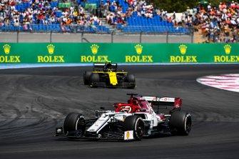 Kimi Raikkonen, Alfa Romeo Racing C38, leads Nico Hulkenberg, Renault F1 Team R.S. 19