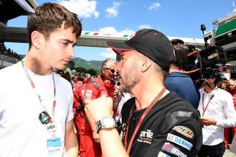 Charles Leclerc, pilote Ferrari F1, avec Max Biaggi