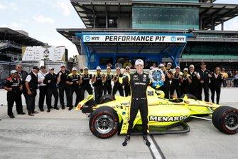 Simon Pagenaud, Team Penske Chevrolet celebra la obtención del premio NTT P1 y la pole con su equipo